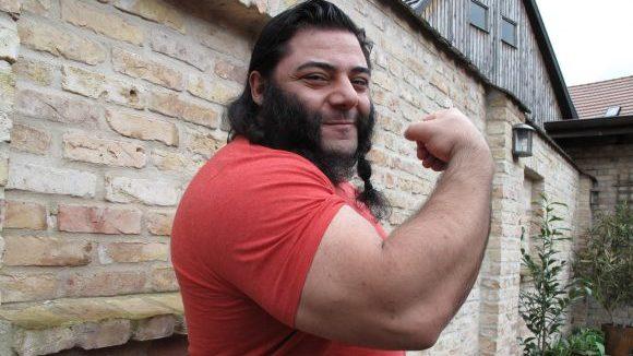 """Patrik Baboumian, """"stärkster Mann Deutschlands"""", ist seit 2011 auch stärkster Veganer der Welt. Seinen Tagesbedarf von 4000 Kalorien deckt er aus vornehmlich aus mit Proteinen angereicherten Erbsenshakes. Seiner Karriere tat das keinen Abbruch. Er hält mehrere Weltrekorde."""